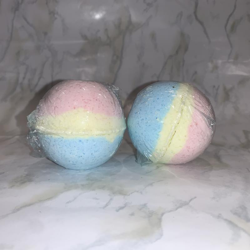 Sweet smelling, colourful bath bomb!
